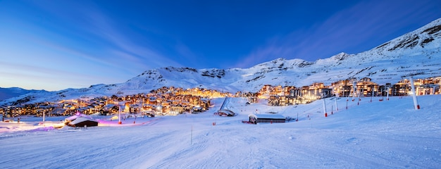 Panorama van val thorens 's nachts, de bergen van de alpen, frankrijk
