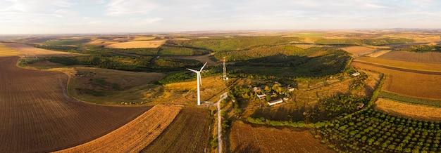 Panorama van velden met windturbines