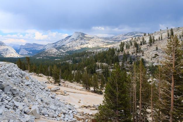 Panorama van yosemite national park langs de tioga pass road, california, usa