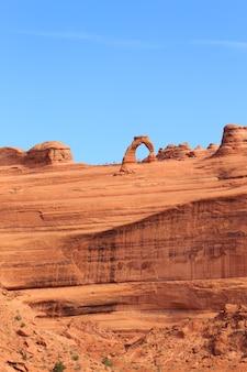 Panorama vanuit utah. beroemde delicate boog. rode rotsen canyon, geologische formaties. de verenigde staten van amerika