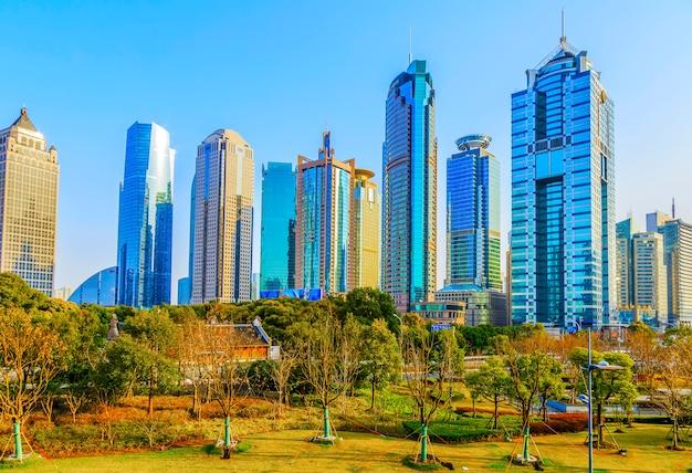Panorama waterkant blauwe financiële metropolis rivier