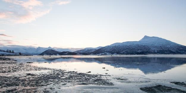 Panorama winter lake natuurlijke landschap achtergrond