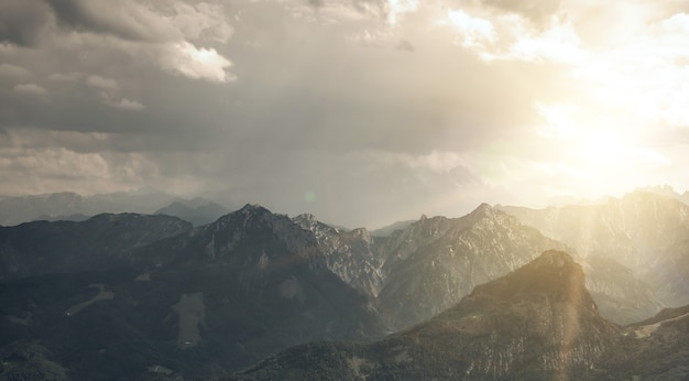 Panoramabergen in alpen in oostenrijk. achtergronden