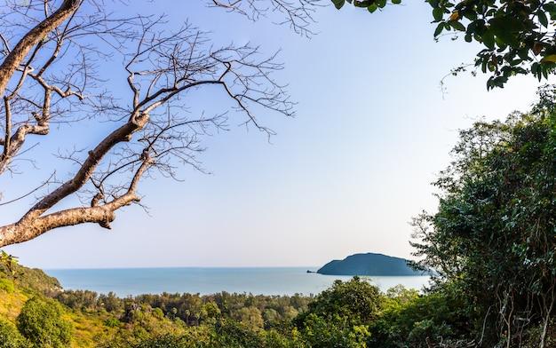 Panoramalandschap van tropisch eilandstrand met berg en blauwe hemelachtergrond
