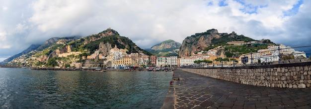 Panoramamening van amalfy stad in het zuiden van italië een van de meest populaire reisbestemmingen