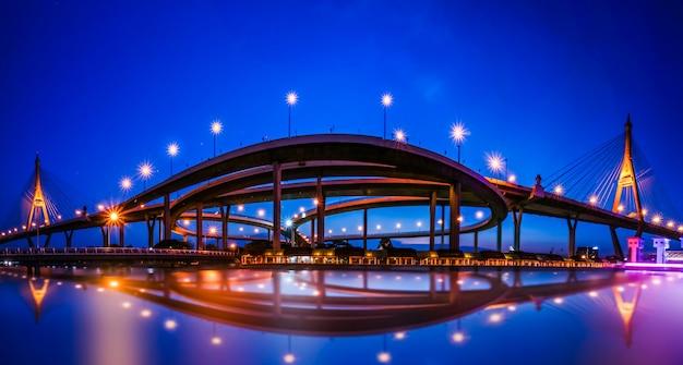 Panoramamening van brug in bangkok bij nacht