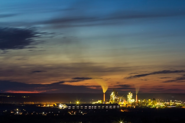 Panoramamening van cementinstallatie en machtssation bij nacht in ivano-frankivsk, de oekraïne