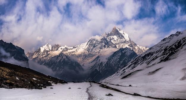 Panoramamening van de berg machapuchare vanuit het basiskamp van annapurna