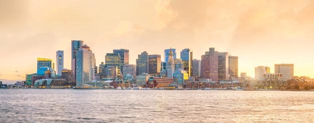 Panoramamening van de horizon van boston met wolkenkrabbers over water bij schemering in verenigde staten