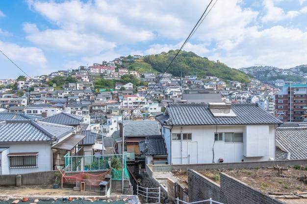 Panoramamening van de stad van nagasaki met montain en blauwe hemelachtergrond, cityscape, nagasaki, kyushu, japan