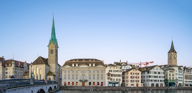 Panoramamening van de stadshorizon van zürich met mening van fraumunster-kerk in zwitserland.