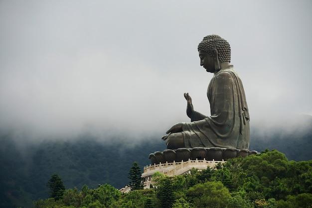 Panoramamening van een gigantisch bronzen boeddhabeeld. genomen in lantau island, hong kong, china.