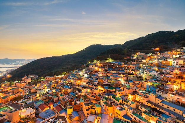 Panoramamening van gamcheon-cultuurdorp in busan-stad van zuid-korea wordt gevestigd dat.