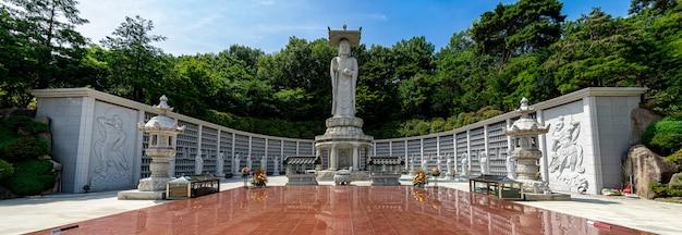 Panoramamening van grote boedha en mooi boeddhismestandbeeld in bongeunsa-tempel bij de stad zuid-korea van seoel