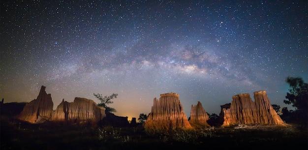Panoramamening van melkweg en nachthemel