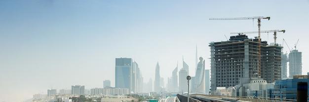 Panoramamening van moderne wolkenkrabbers en de bouw van nieuwe wolkenkrabbers