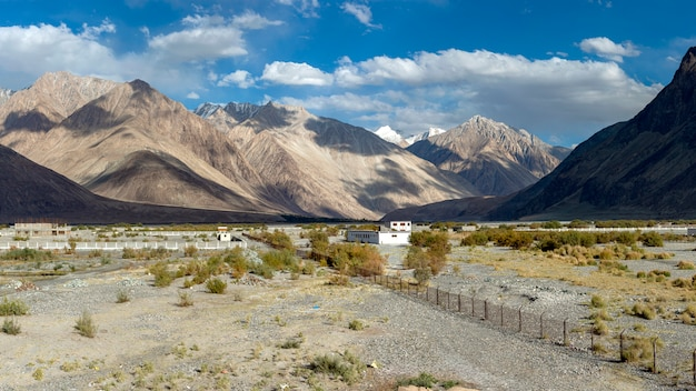 Panoramamening van nubra-vallei in ladakh, india.