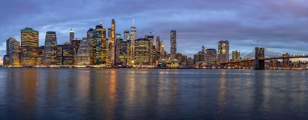 Panoramascène van cityscape van new york met de brug van brooklyn naast de rivier van het oosten