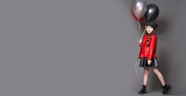 Panoramisch achtergrondmaniermeisje met kleurenballons knipoogt. viering verkoop, zwarte vrijdag, korting, verkoop