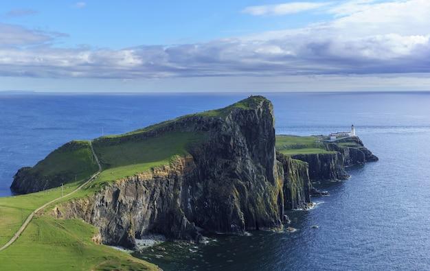 Panoramisch beeld van de beroemde vuurtoren van neist point, gelegen aan de westkust van skye in het gebied dat in de zomer bekend staat als durinish, isle of skye, schotland