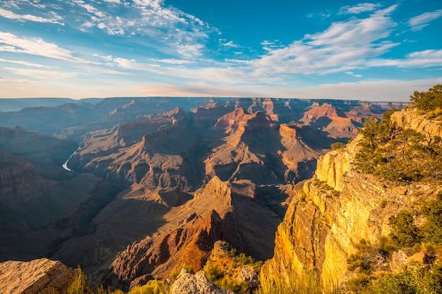 Panoramisch bij zonsondergang op het pima point van grand canyon en rio colorado op de achtergrond
