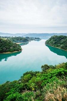 Panoramisch bird eye luchtfoto van prachtige rivier spiegel met fantasie blauwe hemel in okinawa, japan
