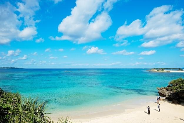 Panoramisch bird eye luchtfoto van prachtige zeeniveau met fantasie blauwe hemel in okinawa, japan