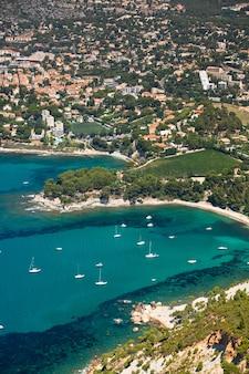 Panoramisch bovenaanzicht van de kustlijn van cassis in de provence, frankrijk