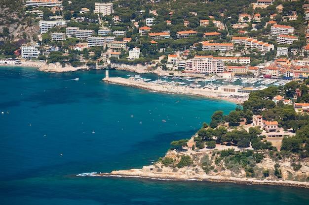 Panoramisch bovenaanzicht van de kustlijn van cassis vanaf de route des cretes in de provence, frankrijk