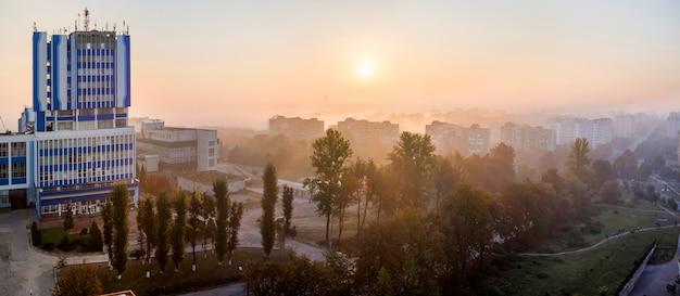 Panoramisch bovenaanzicht van de moderne stad bij zonsopgang