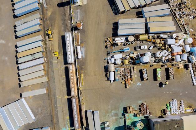 Panoramisch bovenaanzicht van recycling autokerkhof van onderdelen schroot roestig metaal met metalen buizen