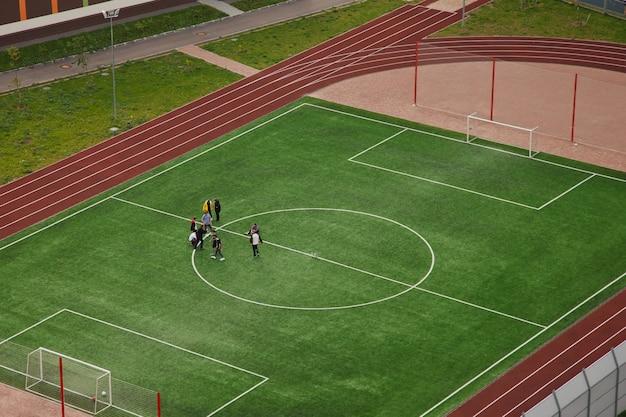 Panoramisch bovenaanzicht vanuit de lucht van voetbalveld in een stedelijke omgeving