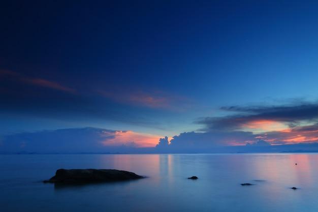 Panoramisch dramatische tropische zonsonderganghemel en overzees bij schemer