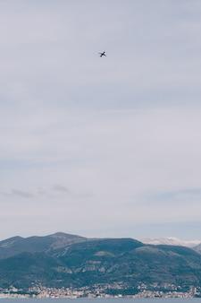 Panoramisch en adembenemend uitzicht op tivat montenegro