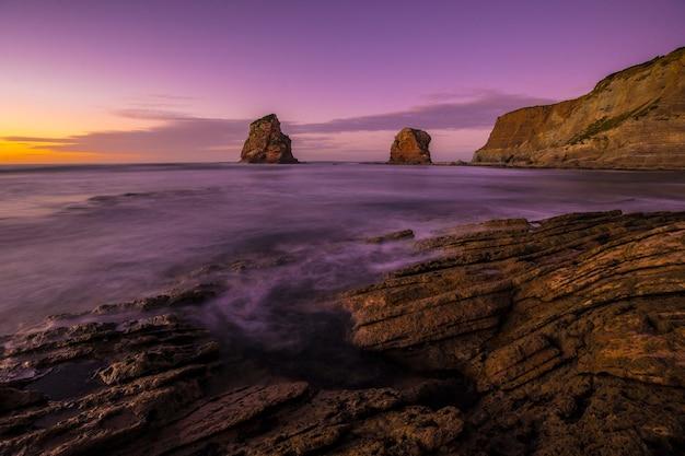 Panoramisch in two sisters of hendaye met de paarse lucht. frankrijk