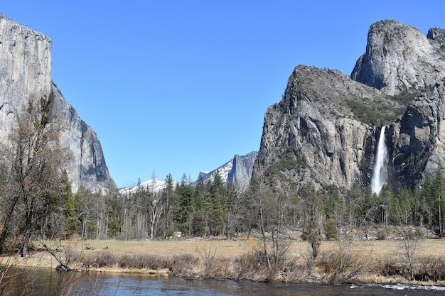 Panoramisch landschapsmening van yosemite valley, californië met waterval