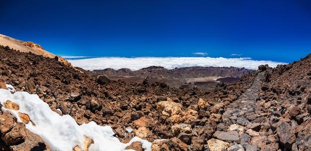 Panoramisch landschapszicht met wandelpad op de vulkanische berg teide in tenerife, spanje