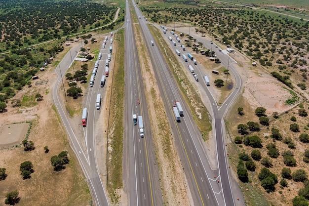 Panoramisch luchtfoto horizontaal zicht op de vrachtwagenstopplaats van de parkeerplaats op de parkeerplaats eindeloze interstate highw...