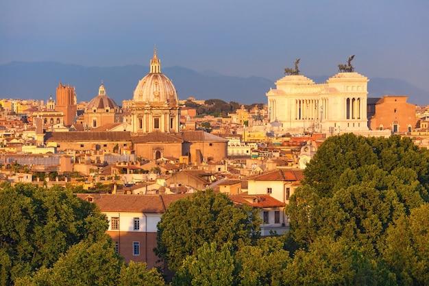 Panoramisch luchtfoto prachtig uitzicht op rome met altaar van het vaderland en kerken bij zonsondergang in rome, italië