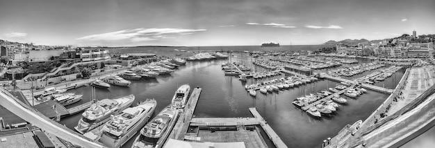 Panoramisch luchtfoto uitzicht over de vieux port (oude haven) in cannes, cote d'azur, frankrijk