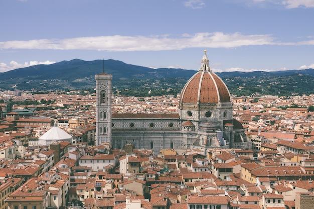 Panoramisch luchtfoto van de oude stad florence en de cattedrale di santa maria del fiore (kathedraal van de heilige maria van de bloem) van palazzo vecchio