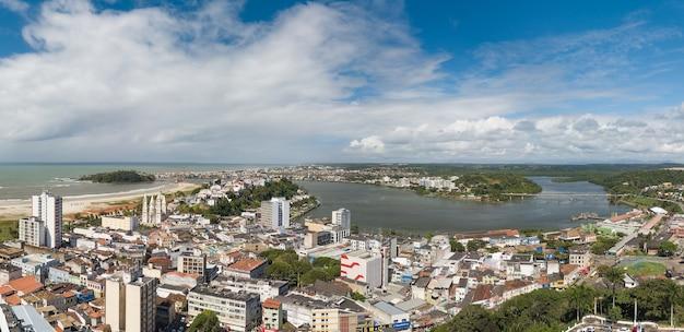 Panoramisch luchtfoto van de stad ilheus bahia brazilië.