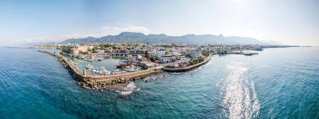 Panoramisch luchtfoto van de zeehaven van kyrenia en de oude stad, noord-cyprus