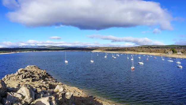 Panoramisch meer met veel zeilboten op het meer van madrid atazar
