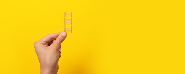 Panoramisch model met houten trap in hand met ruimte voor tekst