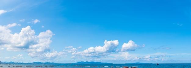 Panoramisch prachtig zeegezicht met blauwe lucht en wolken op een zonnige dag