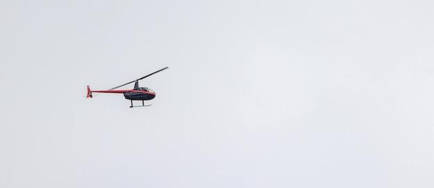 Panoramisch schot van een helikopter die in een bewolkte hemel vliegt