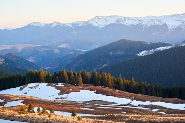 Panoramisch schot van mooie bergenmening wandeling die actief recreatieconcept reizen