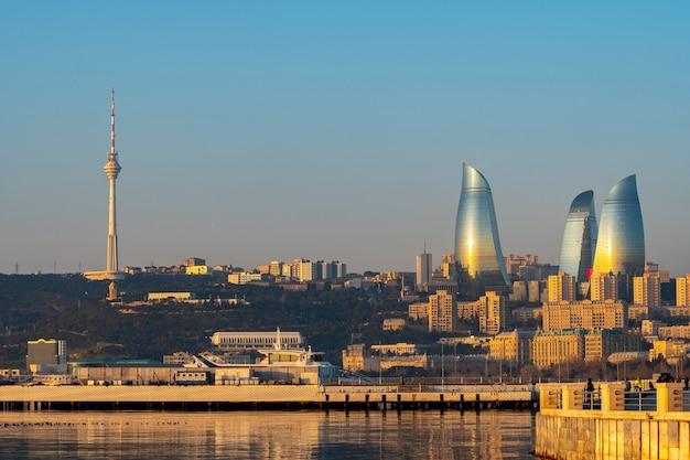 Panoramisch stadsgezicht uitzicht op baku in de ochtend, hoofdstad van azerbeidzjan. vlam toren.