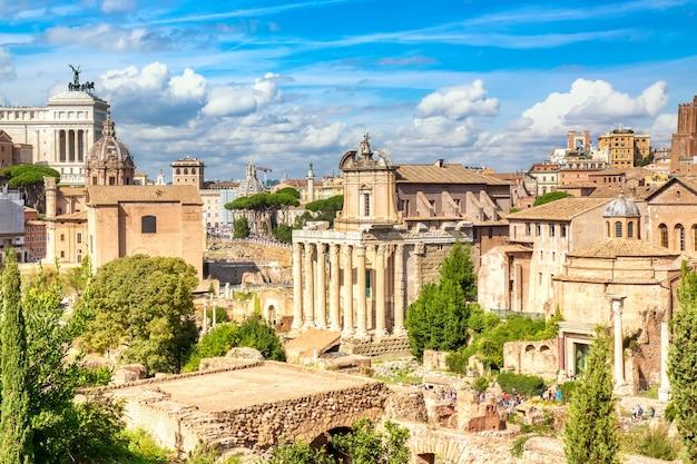Panoramisch stadsgezicht uitzicht op het forum romanum en het romeinse altaar van het vaderland in rome, italië.